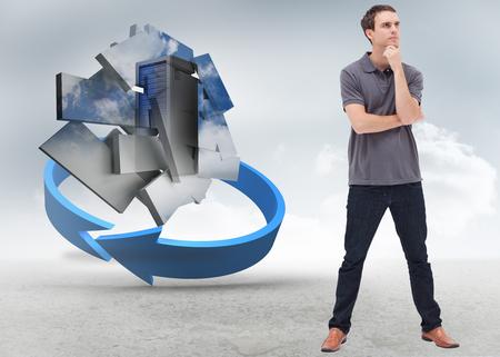 jambes �cart�es: Homme debout r�fl�chie et jambes �cart�es contre fl�che bleue dans un paysage d�sertique