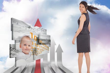 flechas curvas: Empresaria sonriente contra flechas curvas rojas y grises que destacan contra el cielo