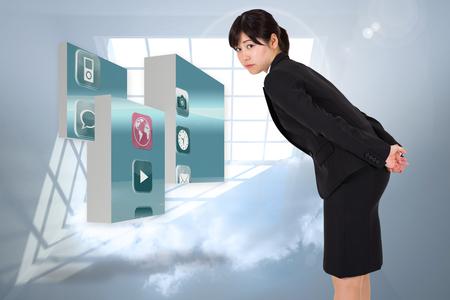 holographic: Grave businesswoman flessione contro pranzo con nuvole olografico