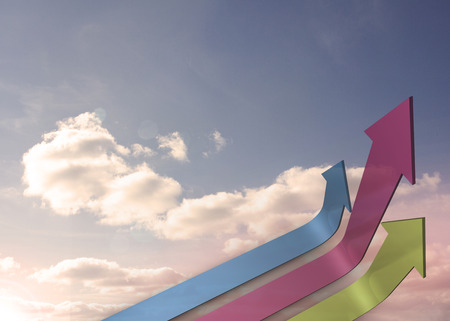 flechas curvas: Flechas curvas coloridas apuntando hacia arriba contra el cielo Foto de archivo