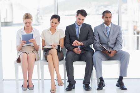 밝은 사무실에서 면접을 기다리고 비즈니스 사람의 전체 길이 스톡 콘텐츠