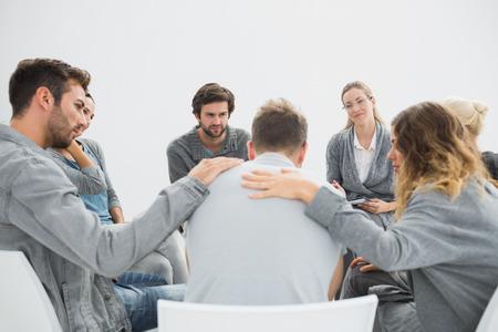 terapia de grupo: La terapia de grupo en la sesión que se sienta en un círculo con el terapeuta Foto de archivo