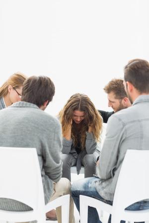 terapia grupal: La terapia de grupo en la sesión que se sienta en un círculo con el terapeuta Foto de archivo