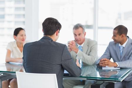 entrevista de trabajo: Los reclutadores de cheques el candidato durante una entrevista de trabajo en la oficina