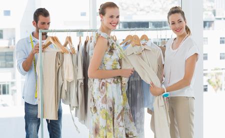Vendeuse aidant le client à choisir les vêtements dans le magasin Banque d'images - 27051594
