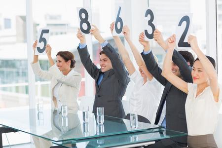 comit� d entreprise: Groupe de juges de panneaux dans une rang�e brandissant des pancartes de pointage