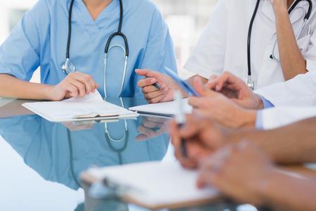 communication occupation: Met� gruppo di sezioni di giovani medici in una riunione presso l'ospedale