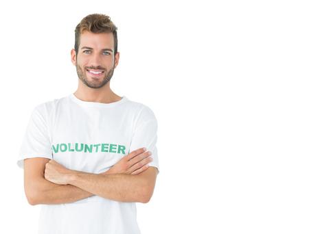 mains crois�es: Portrait d'un b�n�vole heureux des hommes debout avec les mains crois�es sur fond blanc