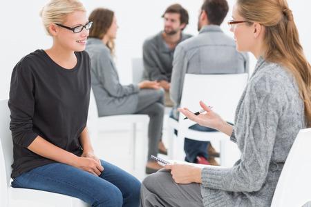 terapia de grupo: Sesi�n de terapia de grupo en c�rculo con el terapeuta y el cliente en primer plano Foto de archivo
