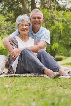 mujer de espaldas: Retrato de un hombre abrazando a la mujer mayor por detr�s en el parque