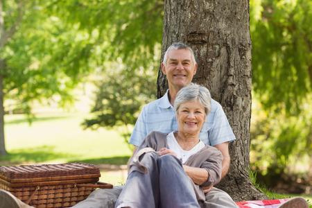 mujer de espaldas: Hombre mayor feliz que abraza a la mujer por detr�s en el parque