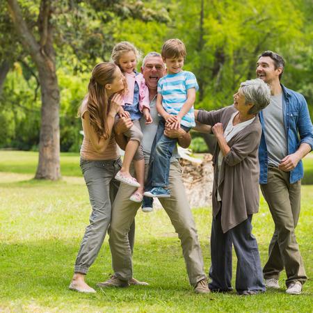 кавказцы: Полная длина расширенной семьи, играя в парке