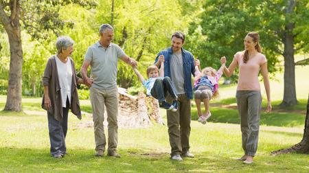 abuelos: Longitud total de una familia extensa que juega en el parque
