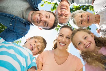 Faible angle portrait d'une famille caucus formation étendue dans le parc