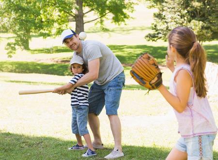 guante de beisbol: Familia de tres a jugar b�isbol en el parque