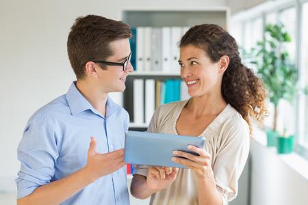 gente comunicandose: Los j�venes empresarios que se comunican a trav�s de la tableta digital en la oficina