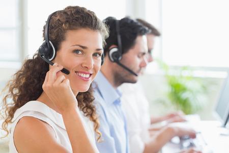 call center agent: Ritratto di fiducia dell'agente del call center che lavorano in ufficio Archivio Fotografico
