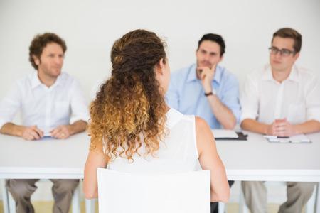 interview job: Panel de entrevistadores realizaci�n de trabajo con la candidata femenina