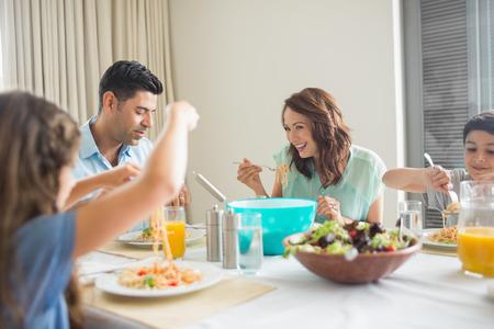 가정에서 식사 테이블에 앉아 4 인 가족의보기