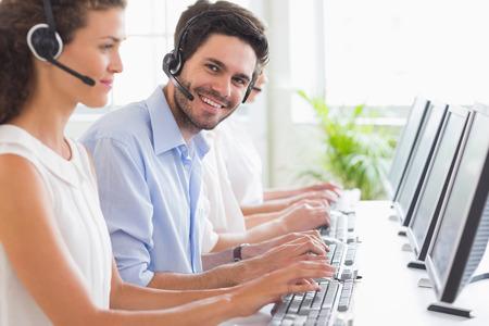 servicio al cliente: Retrato del representante de servicio al cliente que trabaja con colegas de oficina