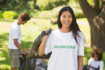 Équipe de jeunes volontaires ramasser les ordures dans le parc