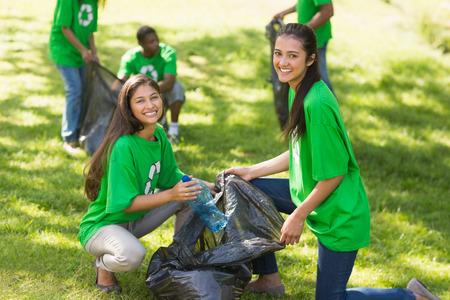 젊은 자원 봉사자는 공원에서 쓰레기를 따기 팀 스톡 콘텐츠