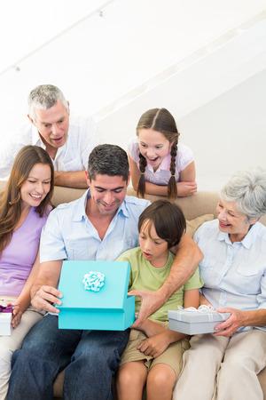 gifting: Cumplea�os regalos en familia multigeneracional presente al hombre en su casa Foto de archivo