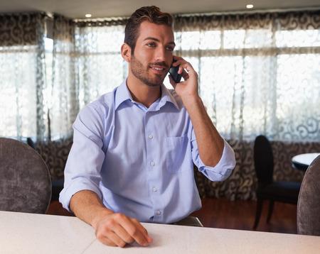 after to work: Hombre de negocios feliz en el tel�fono despu�s de trabajar en un bar
