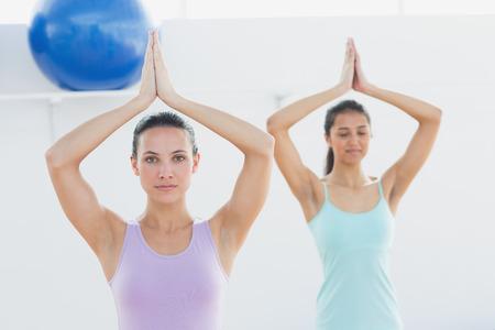 joined hands: Mujeres deportivas jovenes hermosas con las manos juntas en el estudio de fitness Foto de archivo