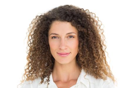 cabello rizado: Hermosa mujer sonriendo a la cámara sobre fondo blanco Foto de archivo