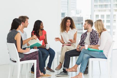terapia de grupo: Terapeuta hablando a un grupo de rehabilitaci�n en la sesi�n de terapia