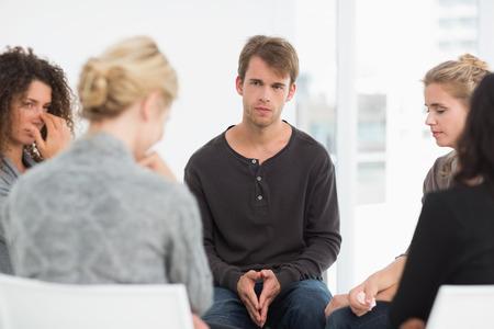 terapia de grupo: Grupo de rehabilitaci�n grave en una sesi�n en la terapia