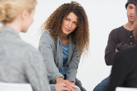 terapia grupal: Mujer consolando a otra en el grupo de rehabilitación en una sesión de terapia Foto de archivo