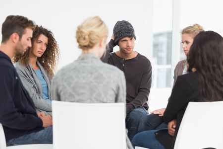 terapia de grupo: Grupo de rehabilitaci�n serio en sesi�n de terapia Foto de archivo