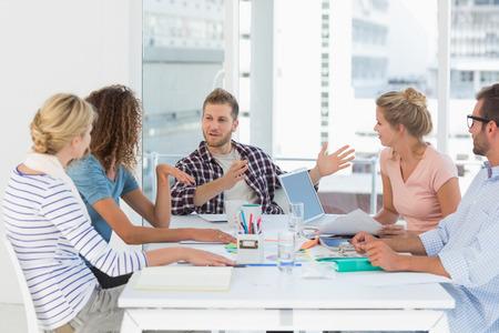 Jong design team met een bijeenkomst samen in creatieve kantoor Stockfoto