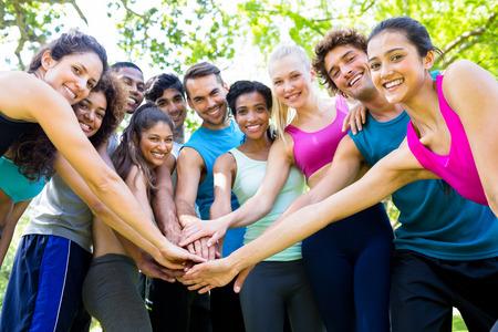 grupo de hombres: Grupo de amigos poniendo sus manos en el parque