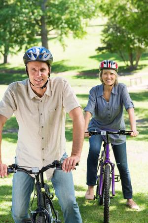 ciclos: Retrato de felices los ciclos de Pareja a caballo en el parque