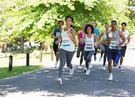 Grupo de los corredores de maratón que se ejecutan en la calle