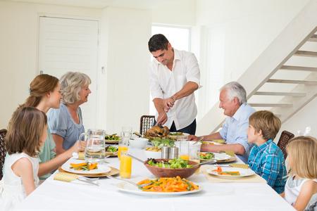 Padre Que Sirve Comida A La Familia En La Mesa De Comedor Fotos ...