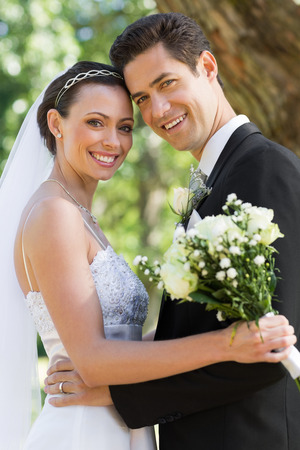to wed: Ritratto di felice coppia appena sposata con il testa a testa in giardino