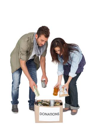 altruism: De cuerpo entero de una pareja joven con caja de donación más de fondo blanco