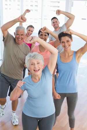 Porträt der lächelnden Menschen, die Macht Fitness-Übung am Yoga-Kurs im Fitness-Studio Standard-Bild - 27179492