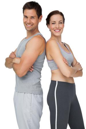 mains crois�es: Portrait d'un jeune couple heureux en forme avec les mains crois�es sur fond blanc Banque d'images