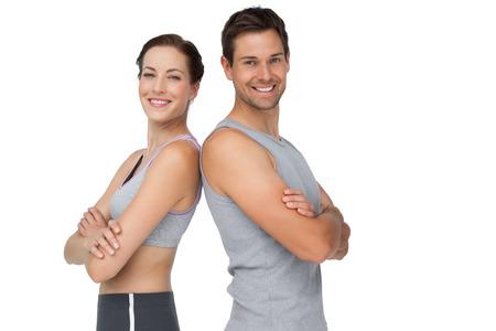 白い背景を渡って手で幸せなフィット若いカップルの肖像画