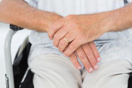 paraplegico: Primer plano a mediados sección de un hombre sentado en la silla de ruedas en el consultorio médico