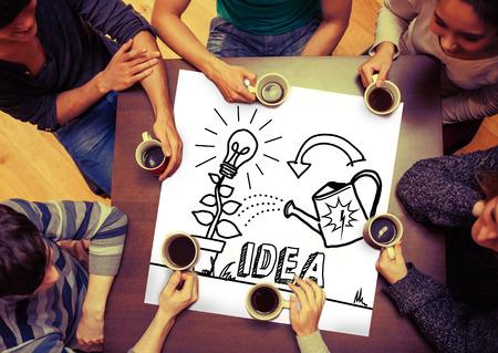menschen sitzend: Composite-Bild von Idee und Innovation Grafik auf Seite mit Menschen rund um Tisch, tranken Kaffee sitzen