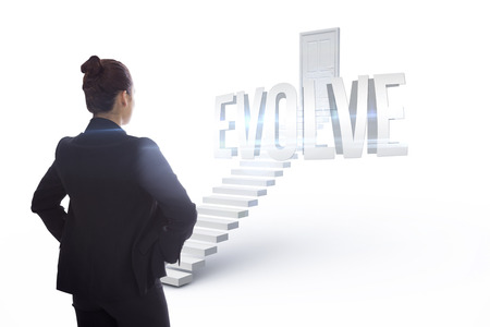 evoluer: Le mot �voluer et femme d'affaires avec les mains sur les hanches contre des marches blanches menant � la porte ferm�e Banque d'images
