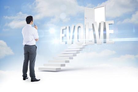 evoluer: Le mot �voluer et homme d'affaires tenant des verres contre �tapes menant � ouvrir la porte dans le ciel Banque d'images