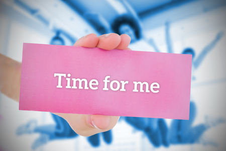 part of me: Mujer que sostiene la tarjeta rosa vez para mí en contra de la clase de baile en el gimnasio diciendo Foto de archivo