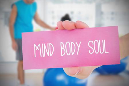 mind body soul: Donna in possesso di carta di rosa, dicendo anima mente corpo contro trainer e cliente in palestra